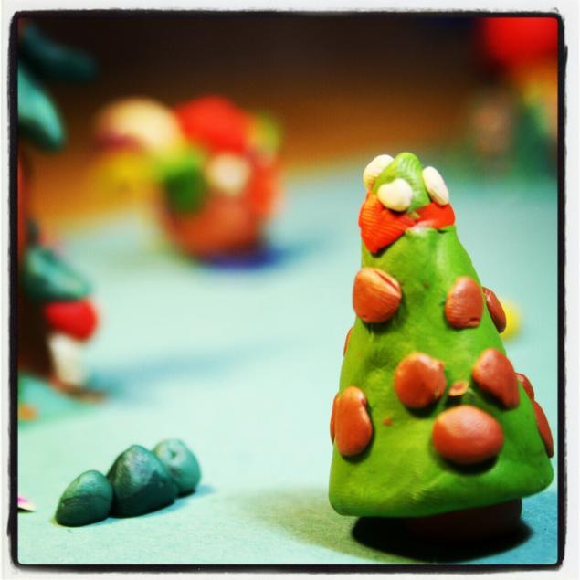 Новогодняя поделка елка из пластилина (3)
