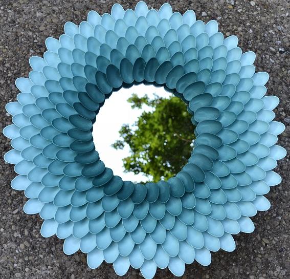 Декор зеркала пластиковыми ложками (1)