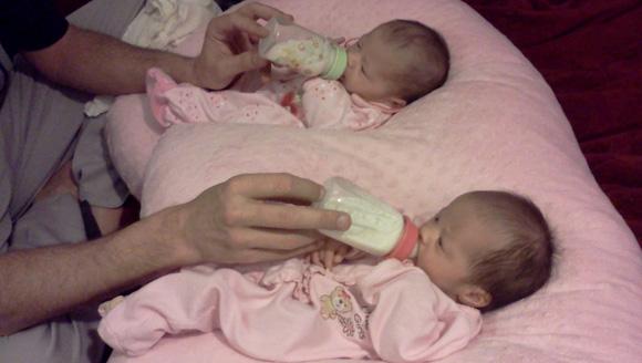 Как кормить двойню одновременно